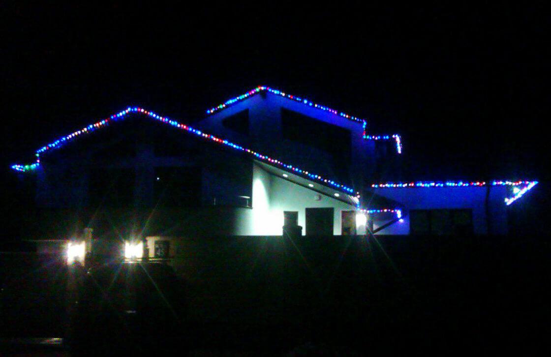 Монтаж наружных гирлянд на кровлю крыши дома в Запорожье, установка новогодних гирлянд
