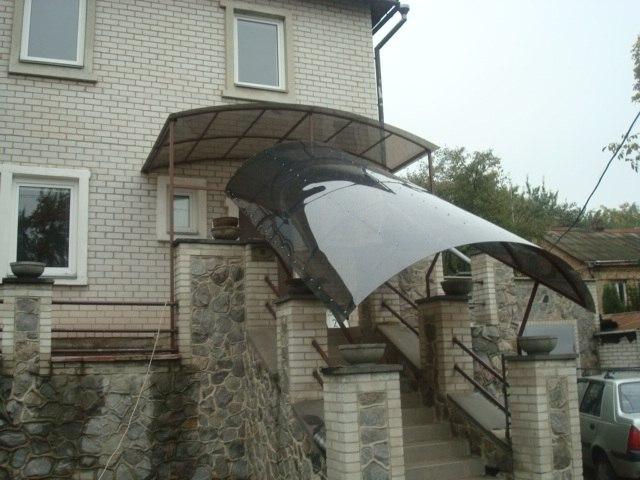 Навес из поликарбоната в Запорожье над входной дверью и лестницей фото
